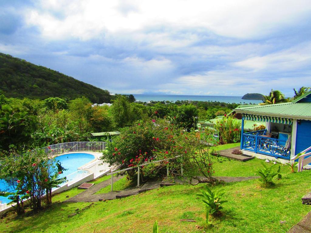 Ein Blick auf den Pool von der Unterkunft La Colline Verte oder aus der Nähe