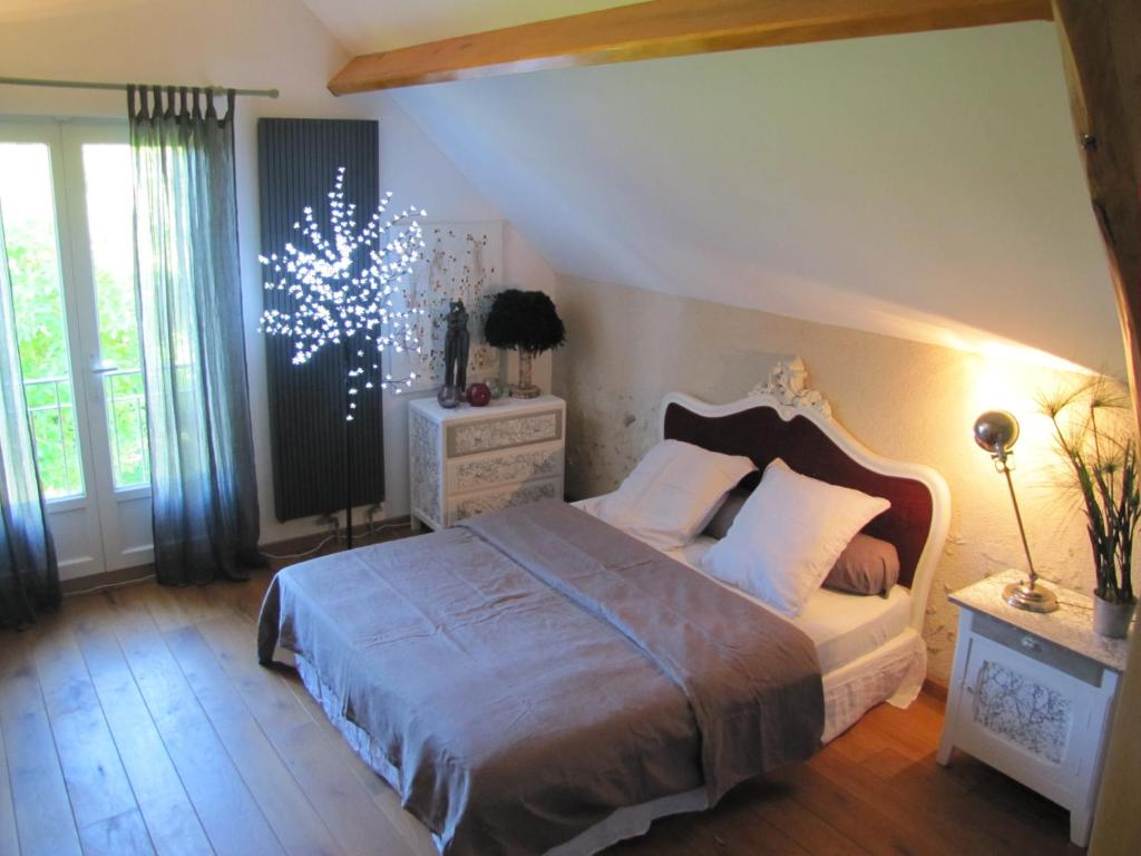 A bed or beds in a room at Les Perrés