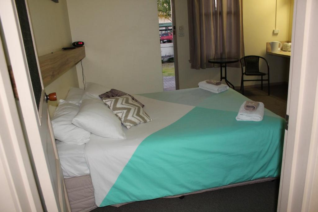 "A bed or beds in a room at Tocumwal Hotel Motel (""The Palms"")"