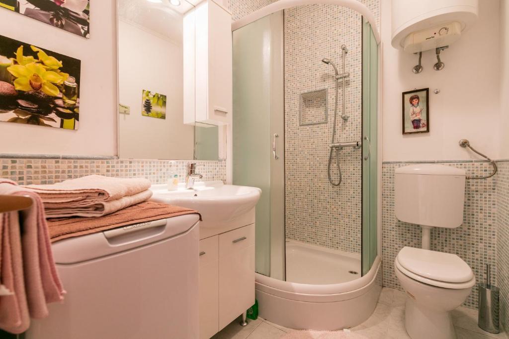 A bathroom at Apartments Kastelani
