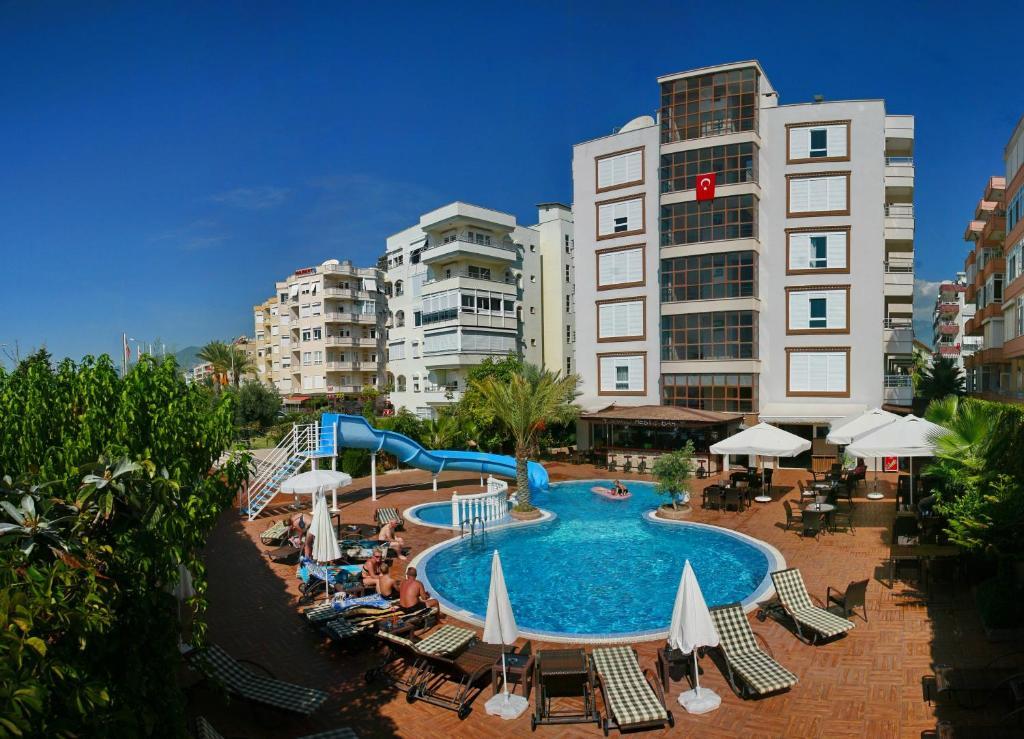 Вид на бассейн в Bella Bravo Suit Hotel или окрестностях