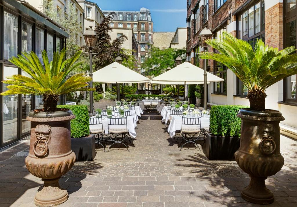 A restaurant or other place to eat at Les Jardins Du Marais