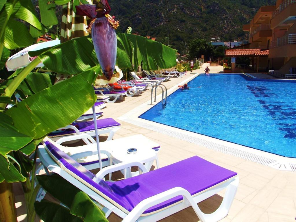 Het zwembad bij of vlak bij Murat Apart Hotel