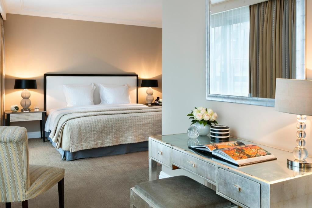 A bed or beds in a room at Warwick Paris (Former Warwick Champs-Elysees)