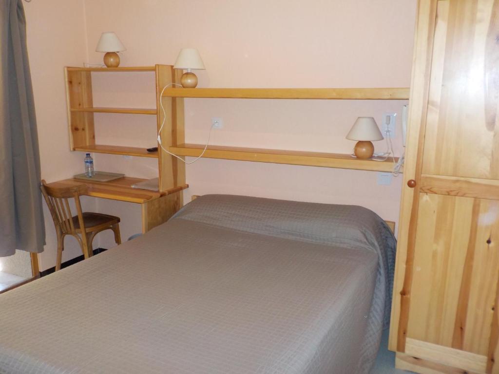 Llit o llits en una habitació de Hôtel Engilberge