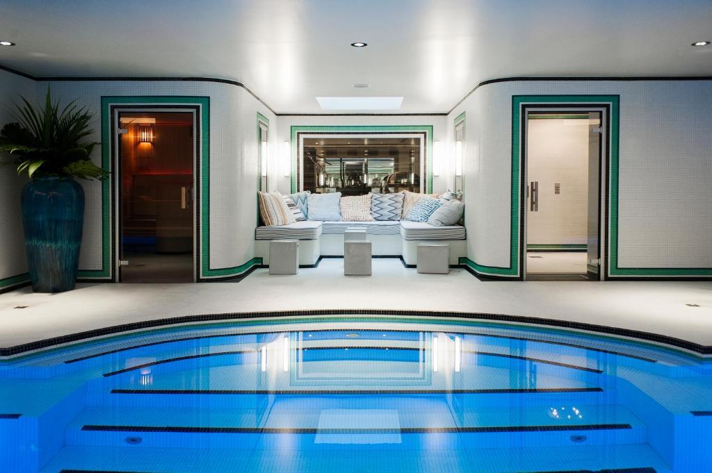 Der Swimmingpool an oder in der Nähe von Hotel Eiffel Blomet