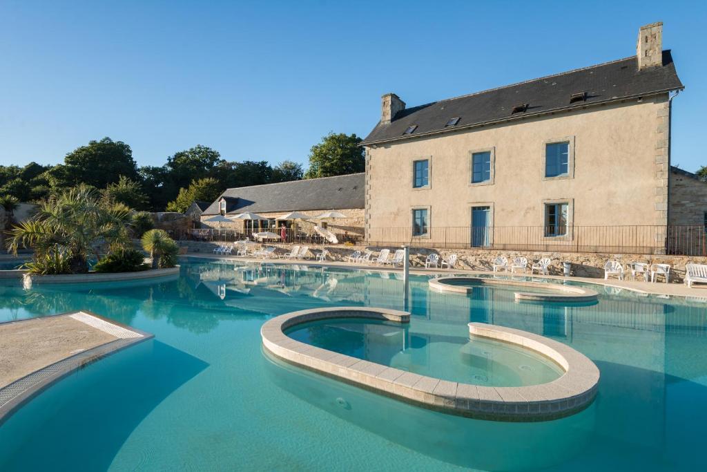 The swimming pool at or near Camping de l'Orangerie de Lanniron