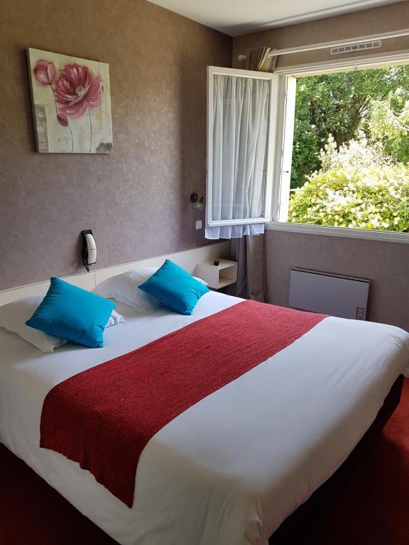 Un ou plusieurs lits dans un hébergement de l'établissement Hôtel le Roudou