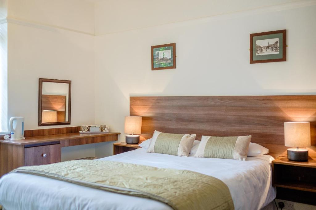 A bed or beds in a room at Yenton Hotel