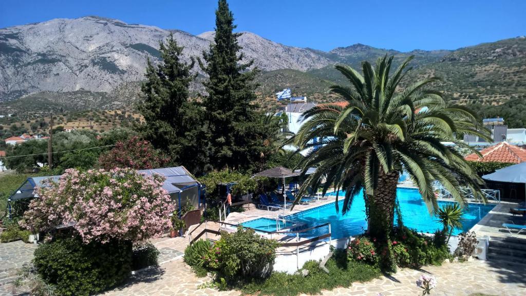 Uitzicht op het zwembad bij Hotel Sofia of in de buurt