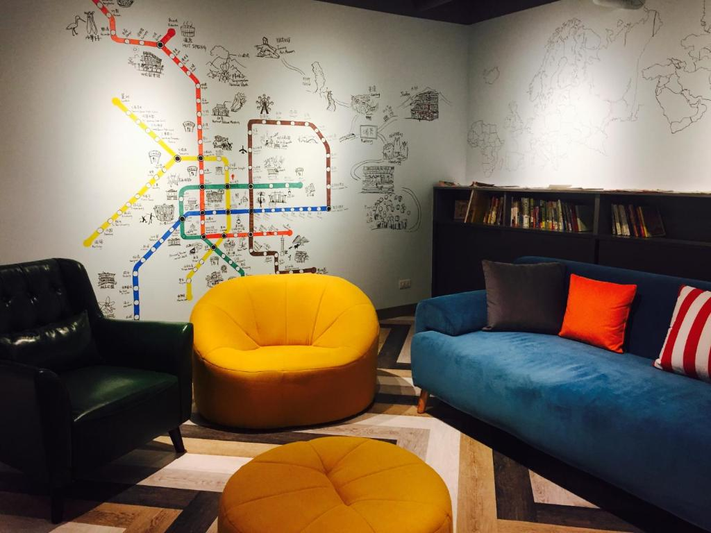 A seating area at Houze Hostel & Capsule Hotel