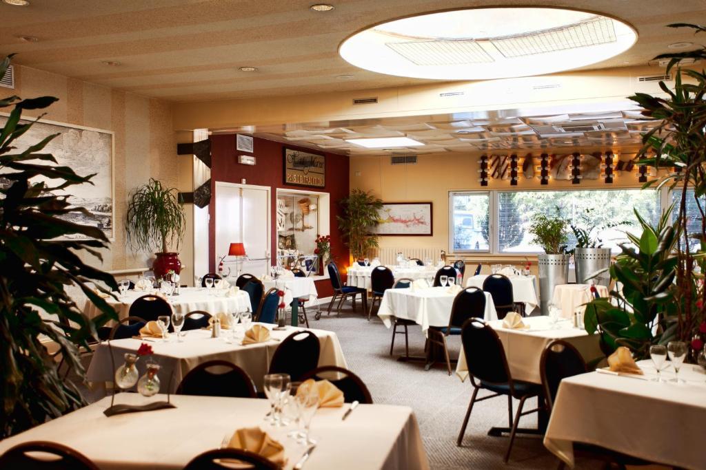 Restoran ili drugo mesto za obedovanje u objektu Logis Arcombelle