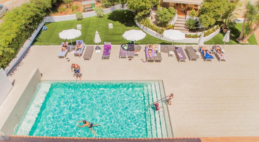 Uitzicht op het zwembad bij Flacalco Hotel & Apartments of in de buurt