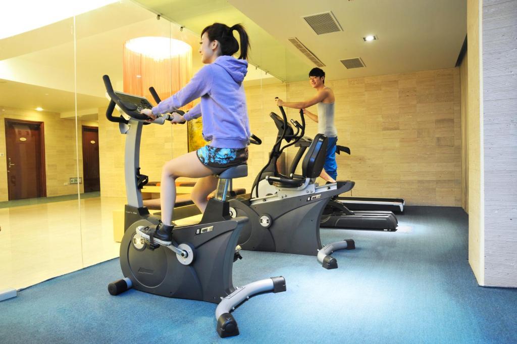 礁溪冠翔世纪溫泉會館健身房和/或健身器材