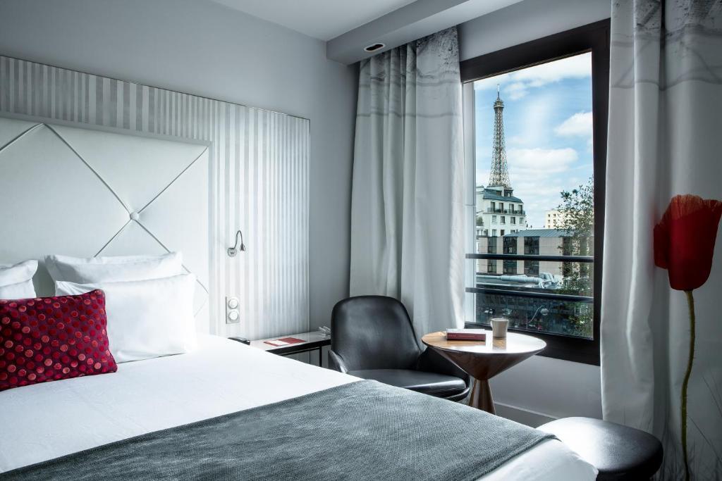 Кровать или кровати в номере Le Parisis - Paris Tour Eiffel