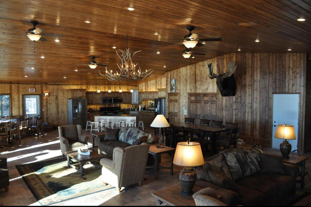 A restaurant or other place to eat at Lewis & Clark Resort