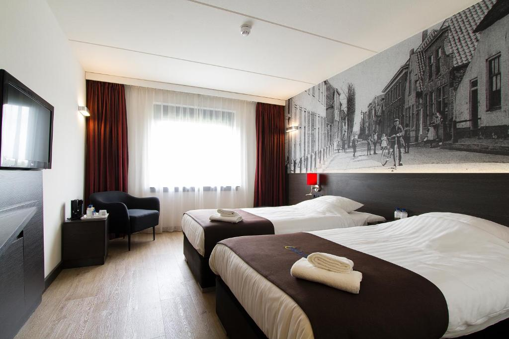 A bed or beds in a room at Bastion Hotel Zoetermeer