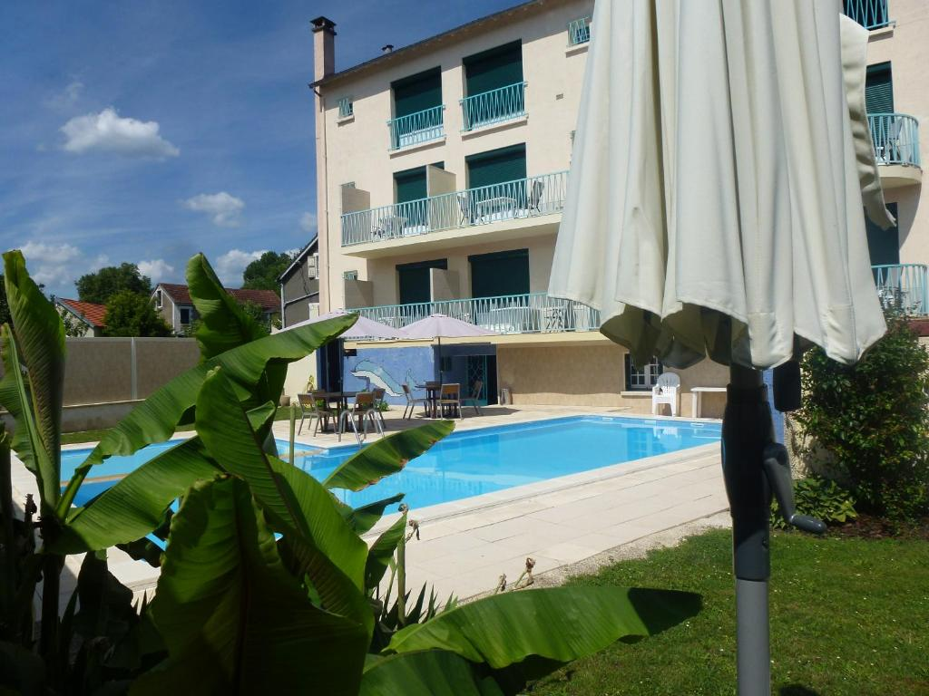 The swimming pool at or close to Le Quercy