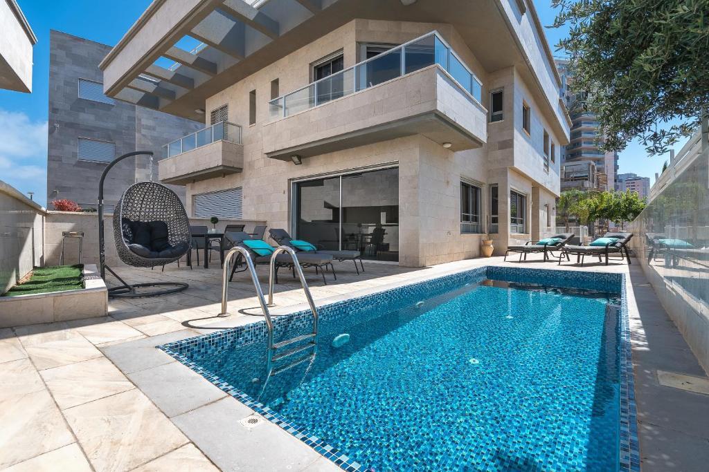 בריכת השחייה שנמצאת ב-Villa Pentcho - StayFirstclass או באזור