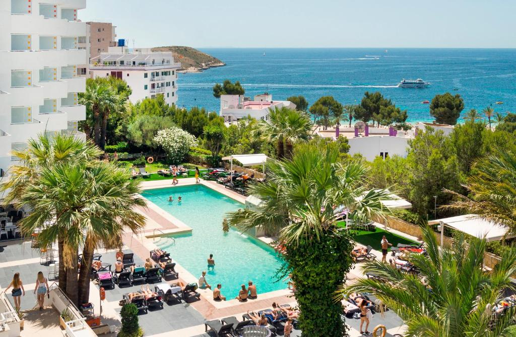 Výhled na bazén z ubytování Apartamentos Vistasol nebo okolí