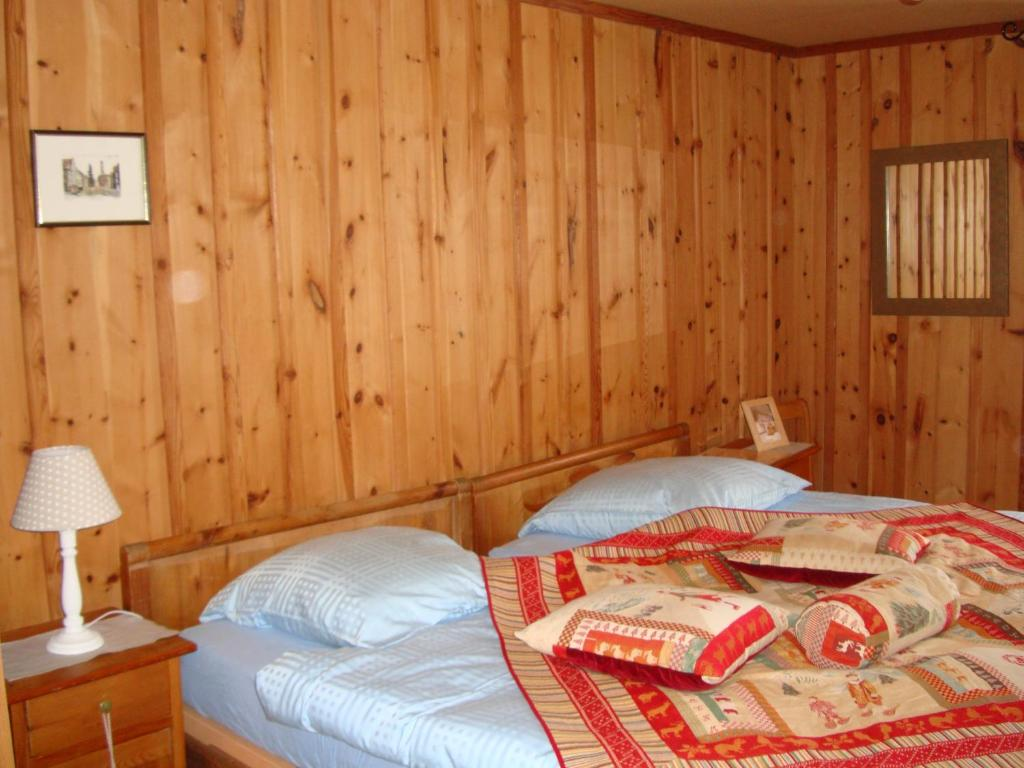 A bed or beds in a room at Hôtel Weisshorn sur St-Luc 2337m