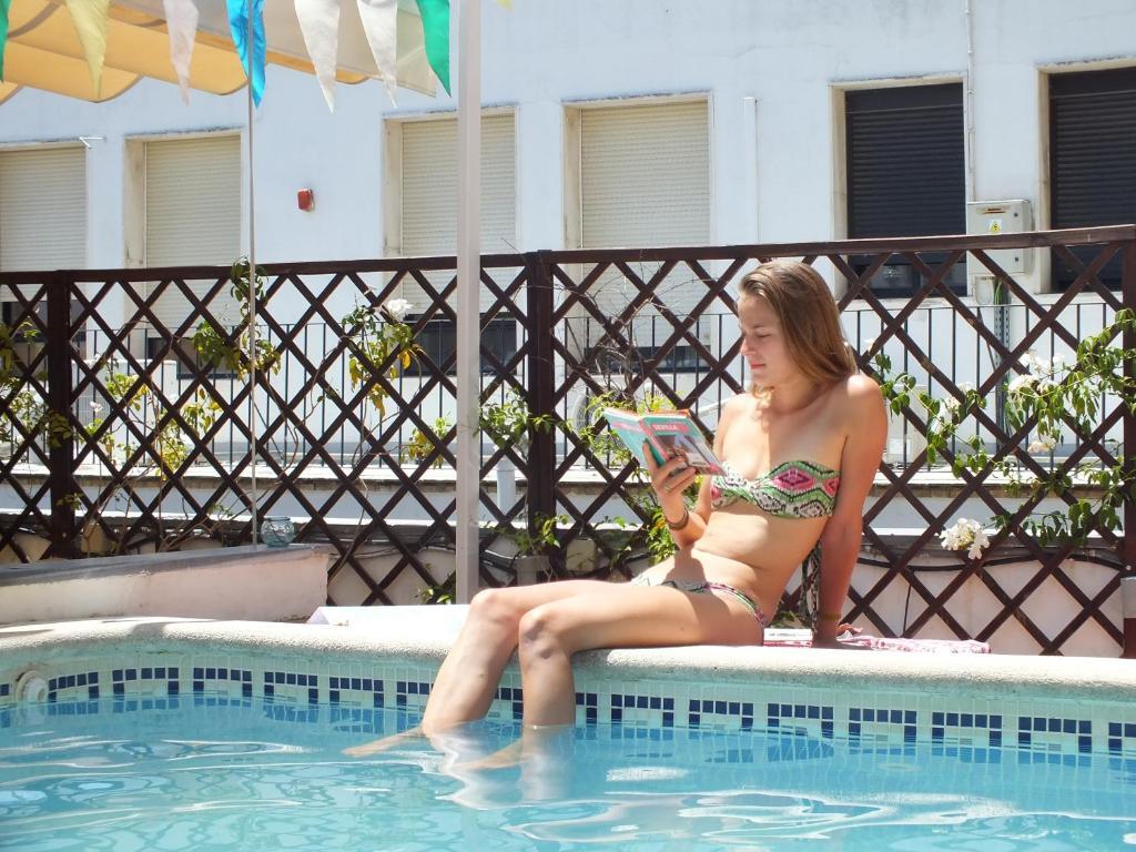 Piscine de l'établissement Oasis Backpackers' Hostel Sevilla ou située à proximité