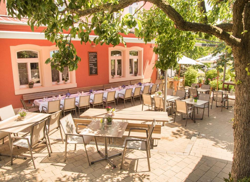 A restaurant or other place to eat at Gasthof zum Goldenen Lamm