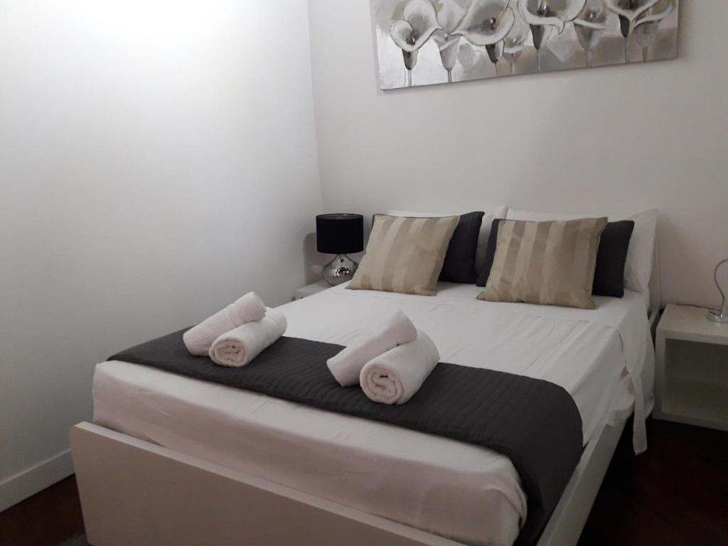 A bed or beds in a room at BeApartments Rome Sixteen