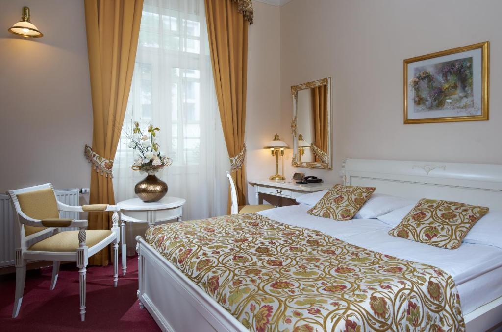 Letto o letti in una camera di Alqush Downtown Hotel
