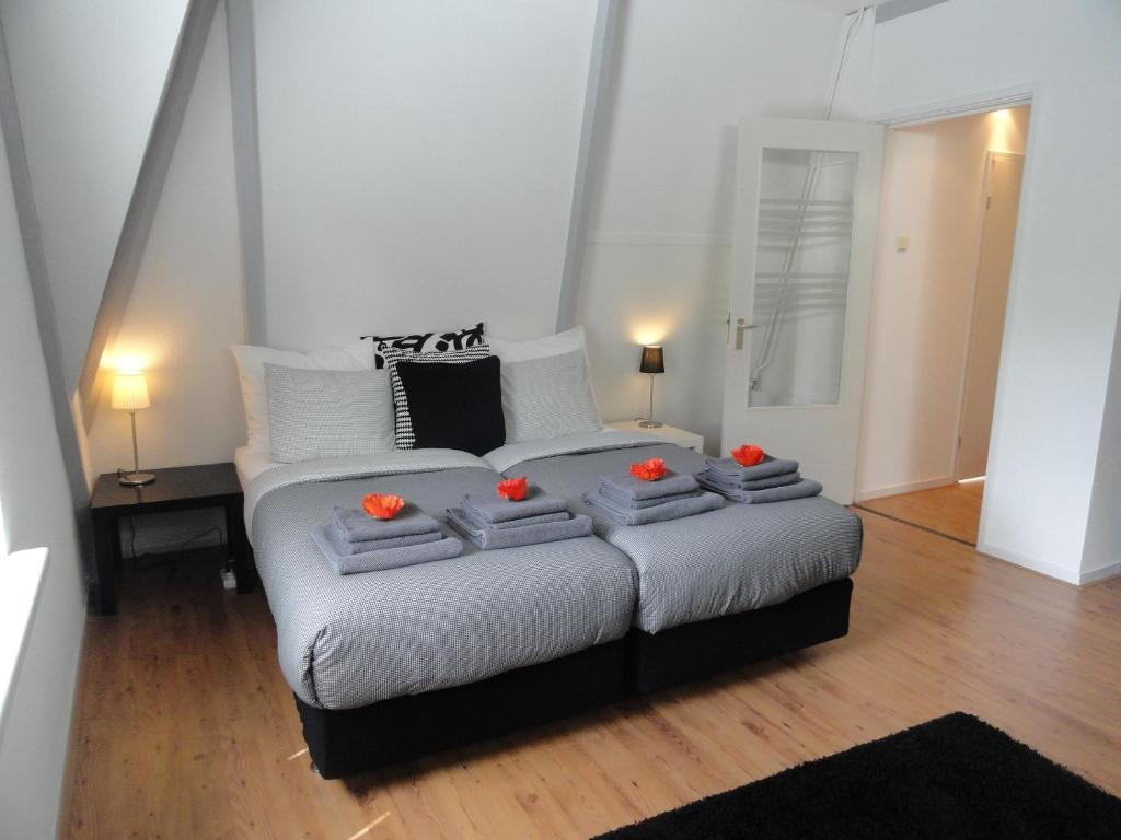 A bed or beds in a room at Frankendael Apartments