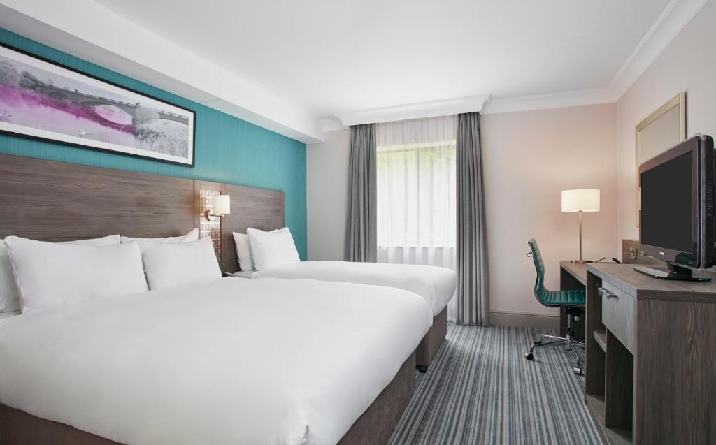 Ein Bett oder Betten in einem Zimmer der Unterkunft Jurys Inn East Midlands Airport (on-site)