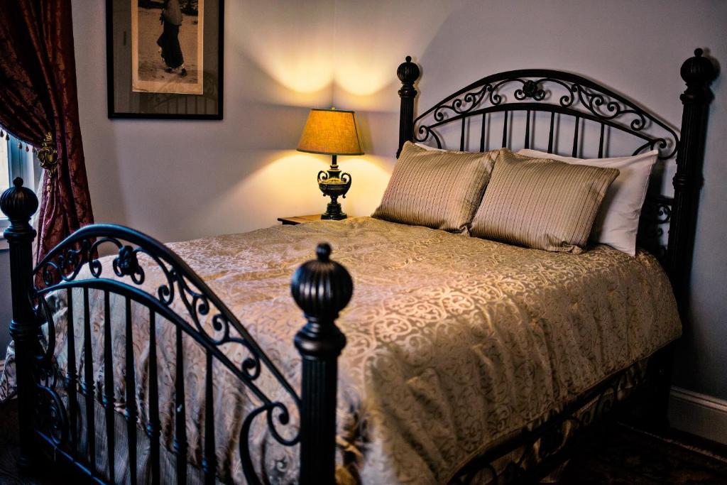 Cama ou camas em um quarto em Samuel Sewall Inn