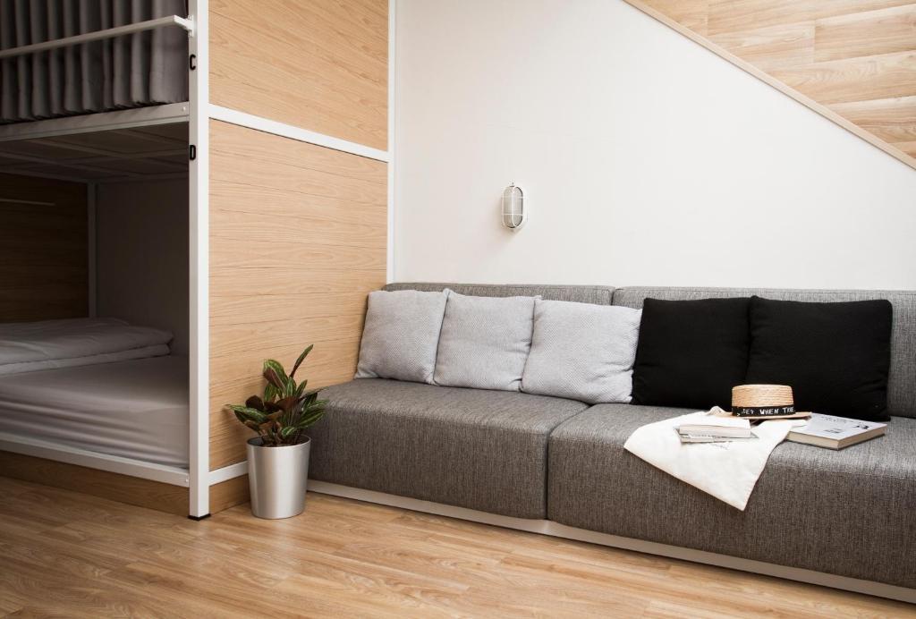 Uma área de estar em Bed One Block Hostel