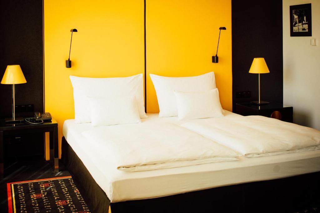Een bed of bedden in een kamer bij Angelo by Vienna House Ekaterinburg