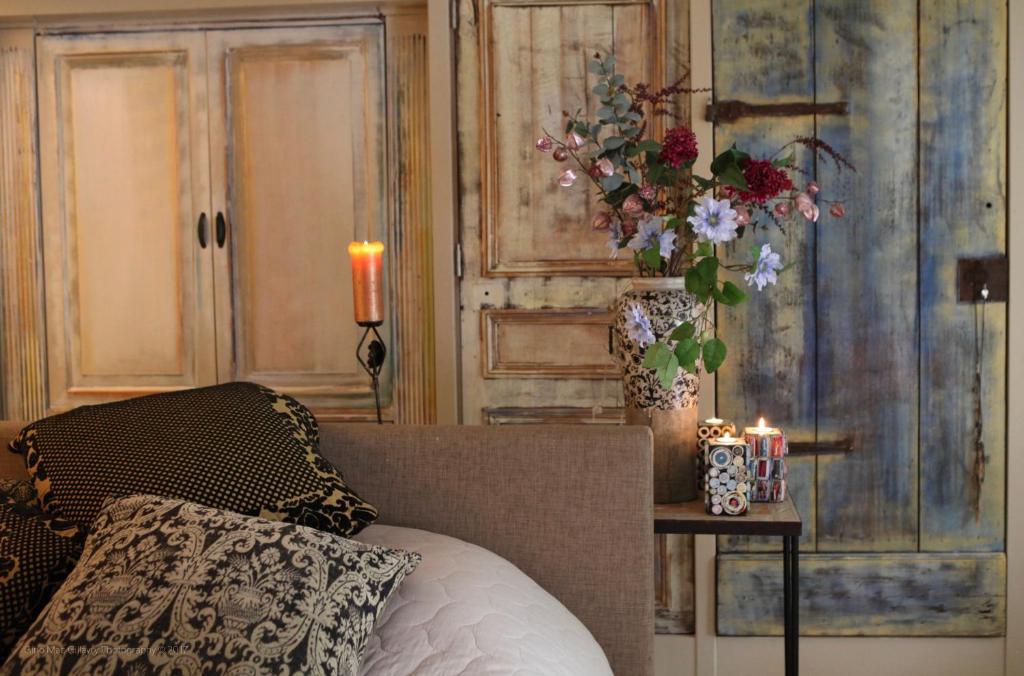 Een bed of bedden in een kamer bij De Blauwe deur