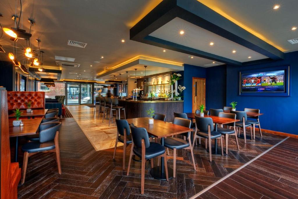 A restaurant or other place to eat at La Reserve Aparthotel Manchester