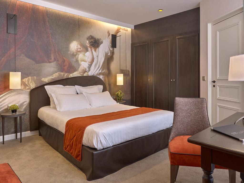 Een bed of bedden in een kamer bij Hotel De Guise Nancy Vieille Ville