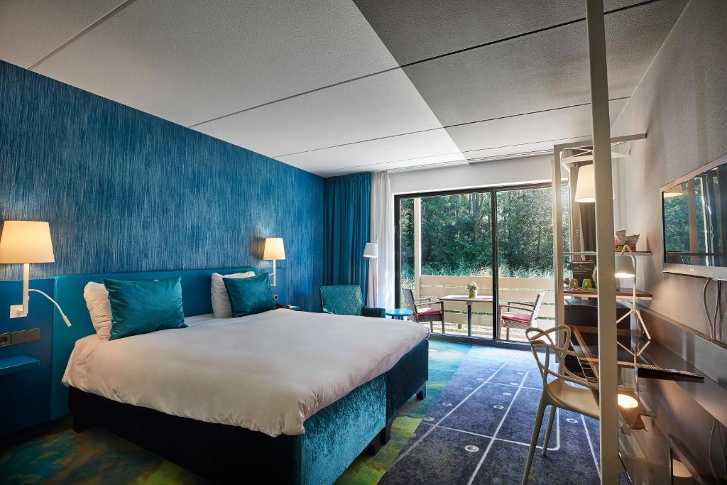A bed or beds in a room at Carlton President