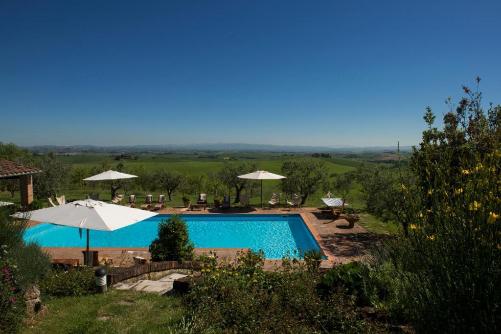 Vista sulla piscina di Villa Giuncheto o su una piscina nei dintorni