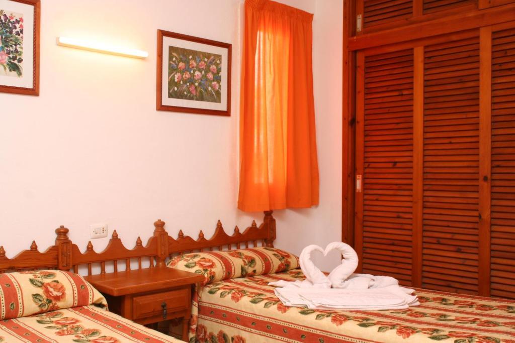 Een bed of bedden in een kamer bij Apartamentos del Rey