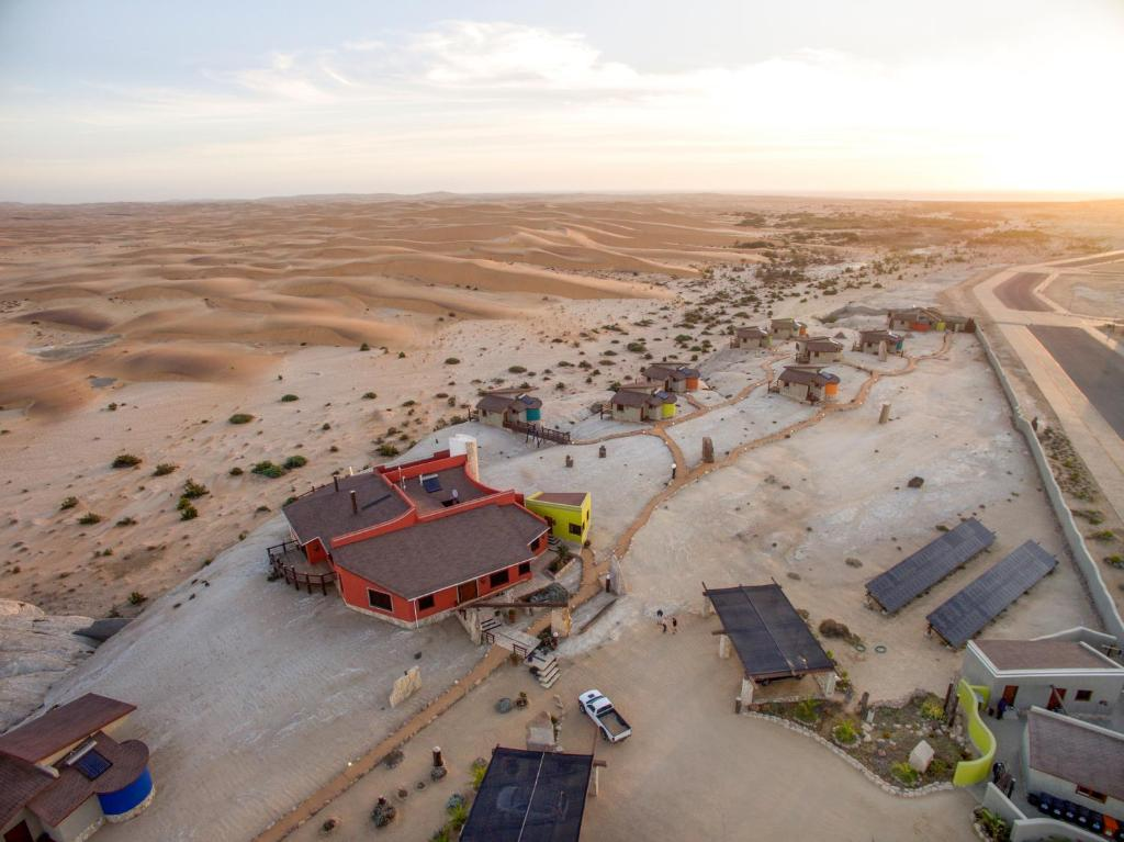Een luchtfoto van Desert Breeze Lodge