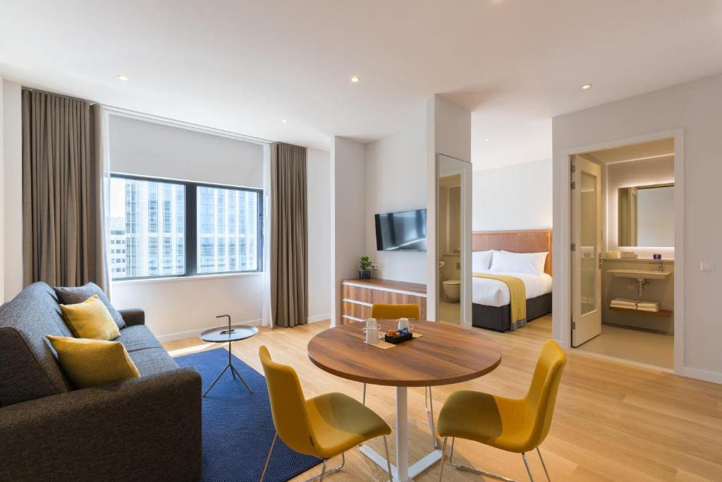A seating area at PREMIER SUITES PLUS Rotterdam