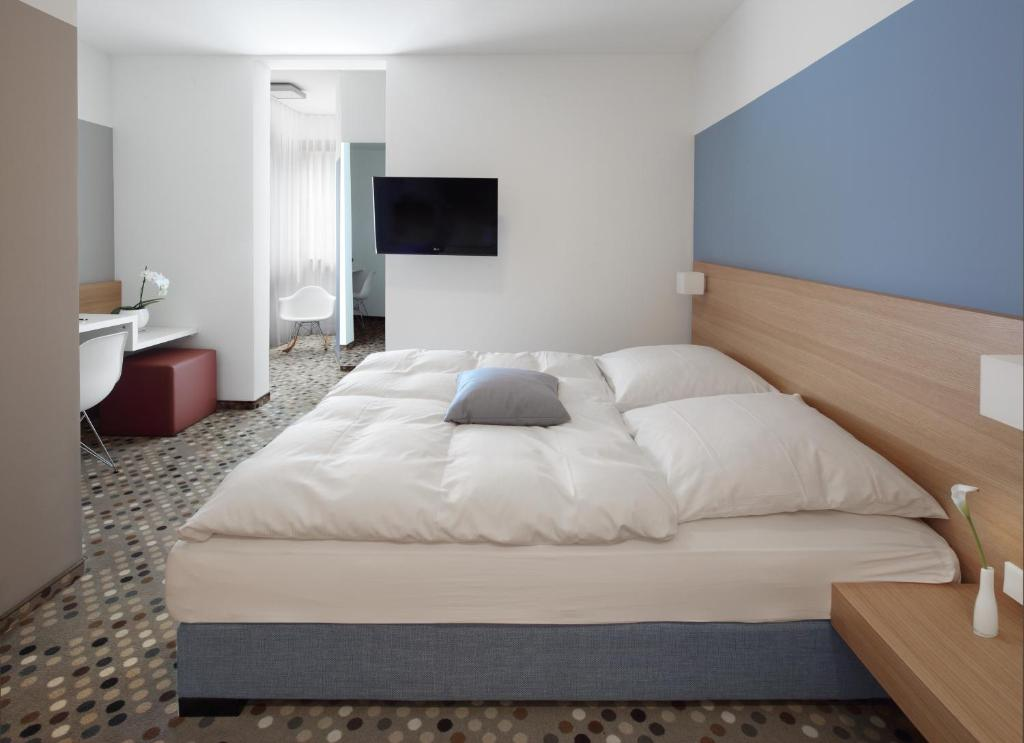 A bed or beds in a room at Hotel Waldhorn