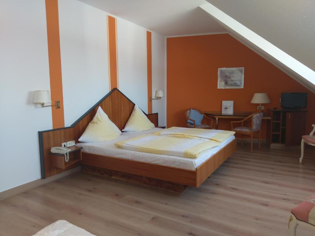 A bed or beds in a room at Hotel Elxleben