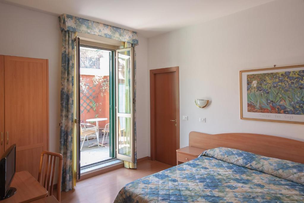 A bed or beds in a room at Hotel Tirreno