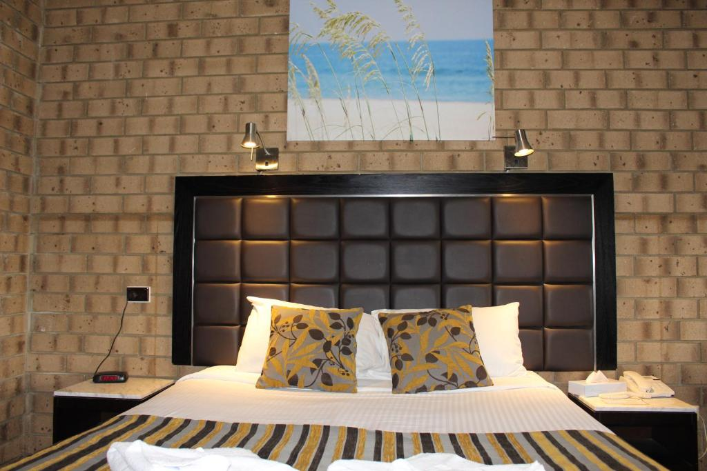 A bed or beds in a room at Pavlos Motel