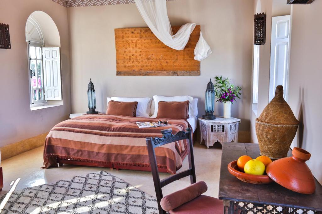 A bed or beds in a room at Les Jardins de Villa Maroc