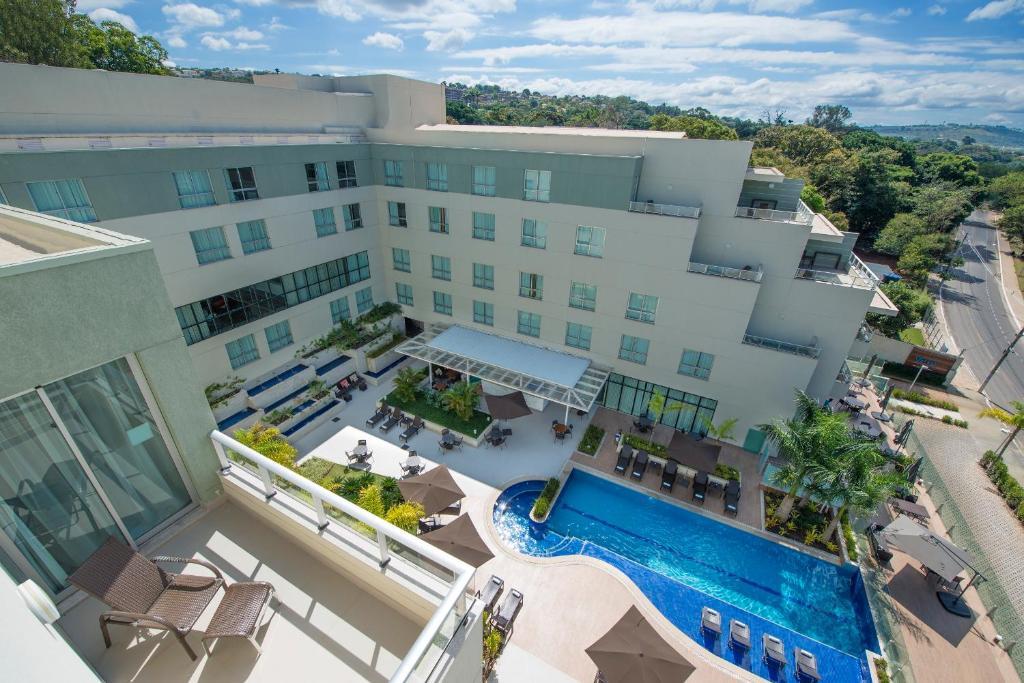 Uma vista da piscina em eSuites Spa Lagoa Santa ou nos arredores
