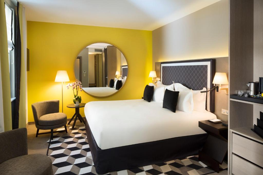 A bed or beds in a room at Boutique Hotel Des XV