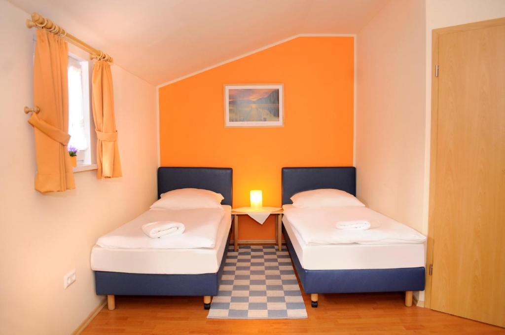 Ein Bett oder Betten in einem Zimmer der Unterkunft Landgasthof Heuer